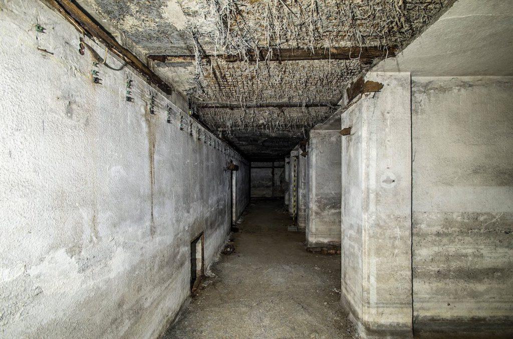 Wnętrze schronu, po prawej kolejne izby schronowe - Foto: Adrian Sitko