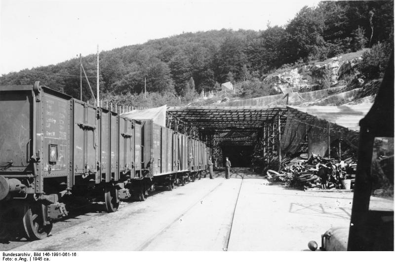 Jedno z wejść do kompleksu Mittelbau-Dora - Źródło: Bundesarchiv Bild 146-1991-061-16