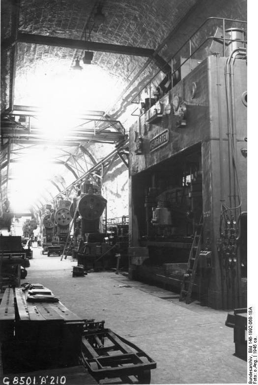 Wysokie podziemne hale w zakładach Mittelwerk - Źródło: Bundesarchiv Bild 146-1992-068-18A