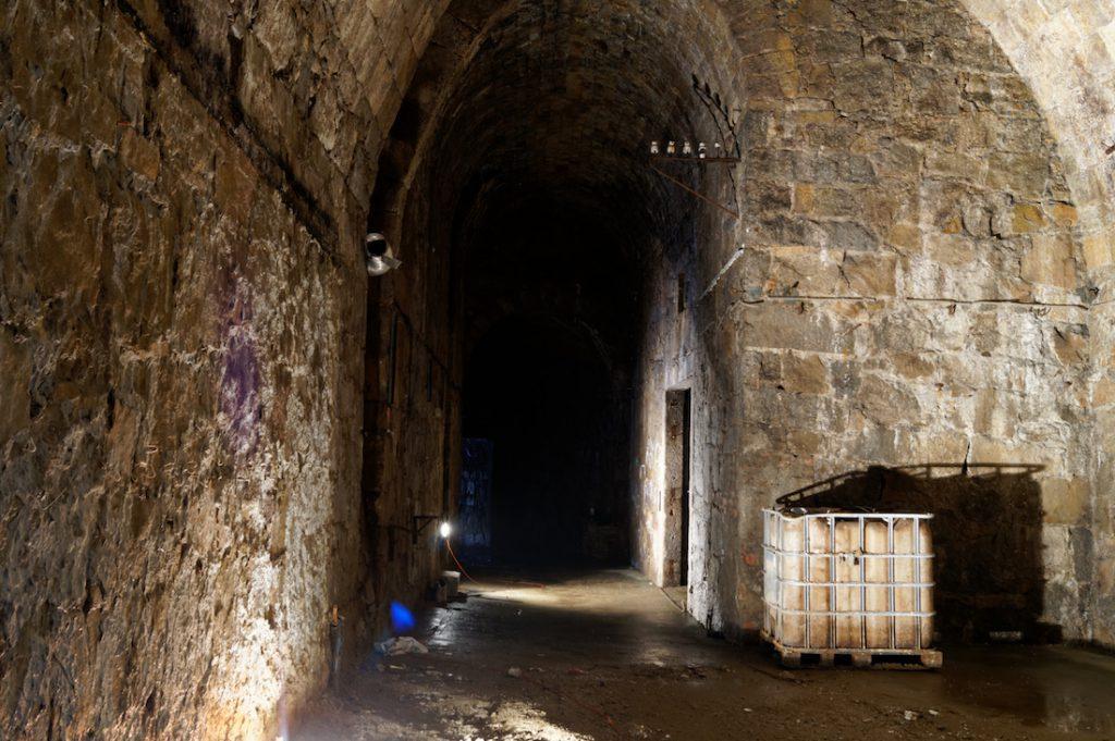 Podziemia posiadają dość wysokie hale, podobno miano tutaj dawniej przechowywać wino