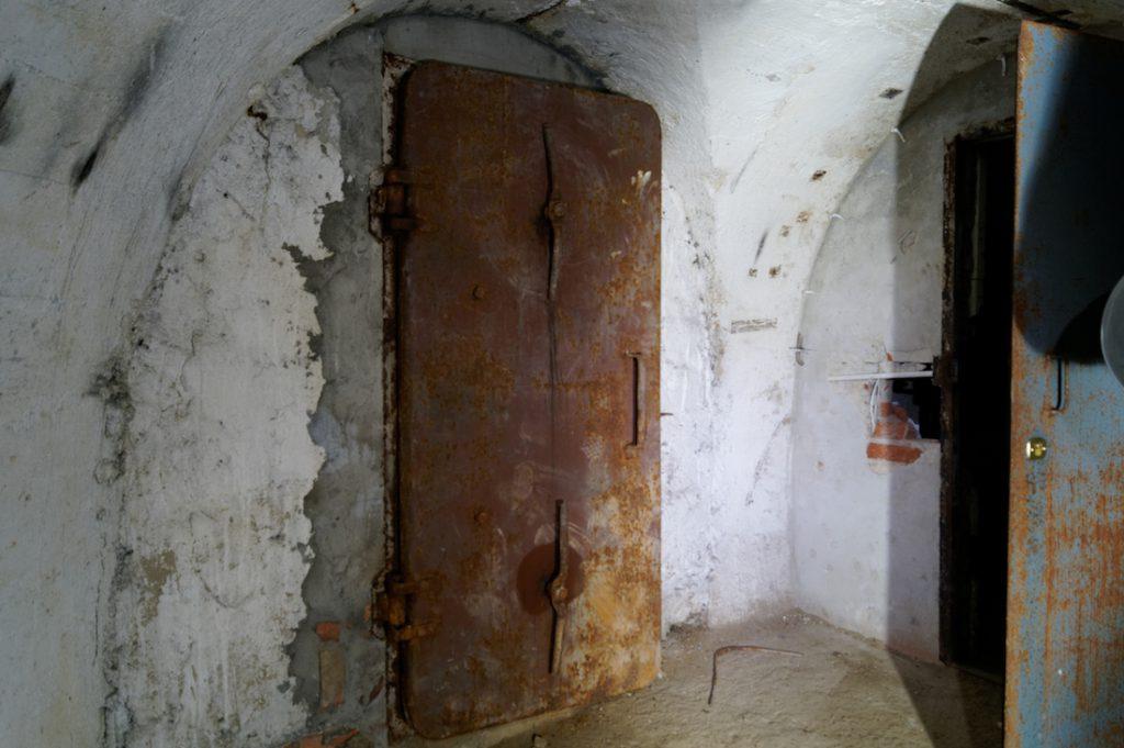 Drzwi ochronne, wstawione już po wojnie