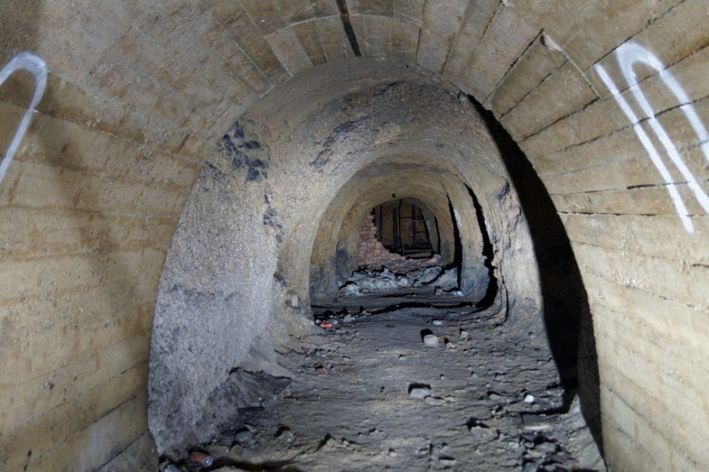 Część podziemi posiada obudowę z żelbetu, część pozostawiona jest w stanie surowym