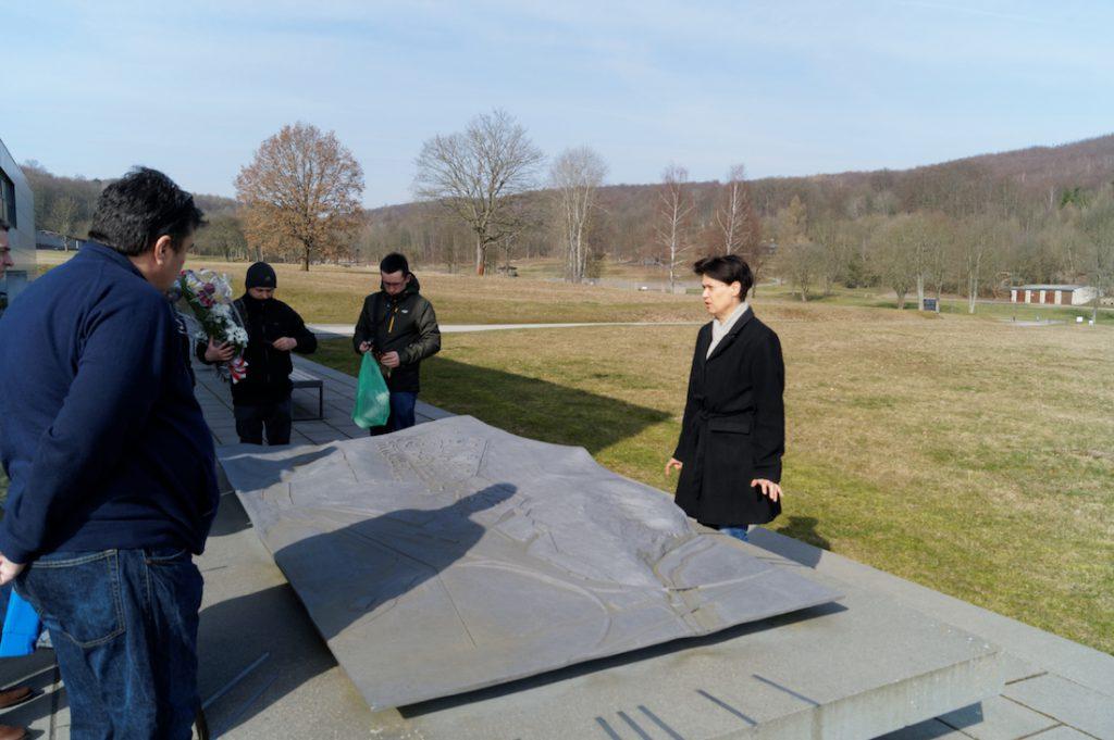 Dr Regine Heubaum omawia makietę obozu przed budynkiem muzeum
