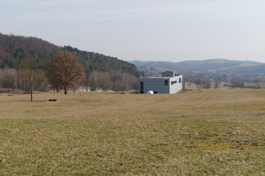 Nowoczesny budynek muzeum wzniesiony tuż przy obozie, w dole widać Nordhausen