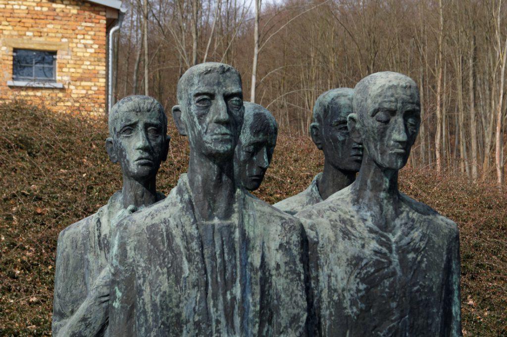 Przed krematorium stoi pomnik poświęcony pomordowanym więźniom obozu koncentracyjnego KZ Mittelbau-Dora