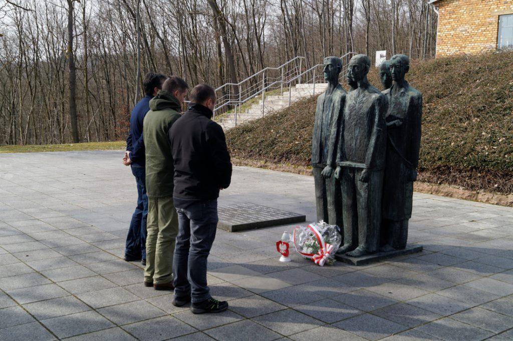 Przed pomnikiem złożyła kwiaty delegacja z CKiT z Walimia i Sztolni Walimskich