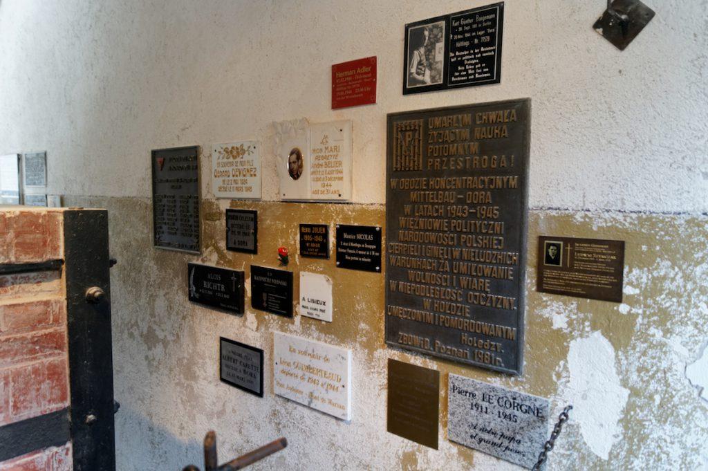 Liczne pamiątkowe tablice w budynku krematorium