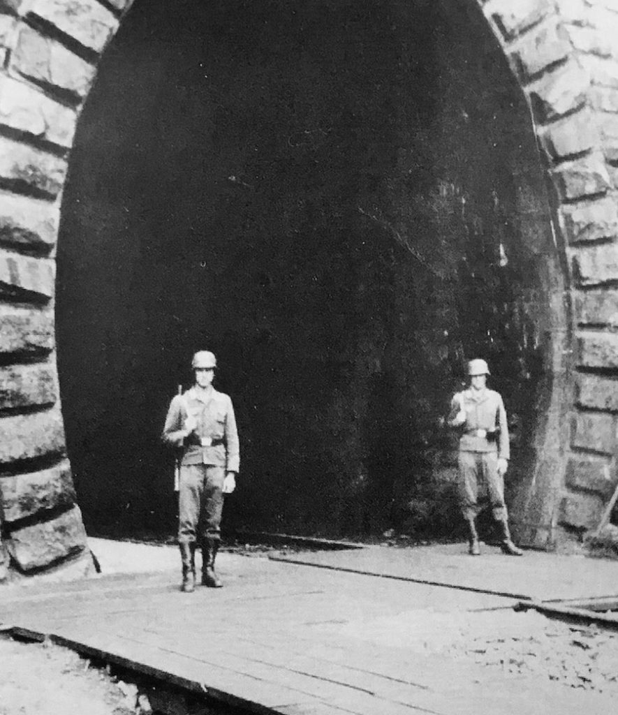 """FHQ """"Frühlingssturm"""" - Żołnierze zabezpieczają tunel przeznaczony dla pociągu Hitlera koło miejscowości Mönichkirchen w Dolnej Austrii - Źródło: """"Kwatery Główne Führera"""" Franz W. Seidler, Dieter Zeigert"""