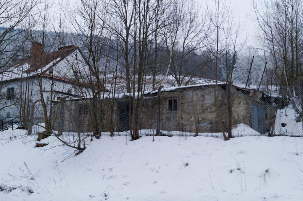 """Pozostałości budynku stacji wzmacniakowej w Rzecce, obiekt o kryptonimie """"Schweidnitz II"""""""