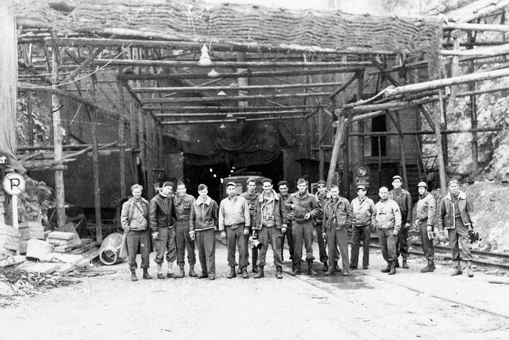Inspekcja amerykańskiej armii przed wejściem do kompleksu Mittelbau-Dora - Źródło: U.S. Air Force