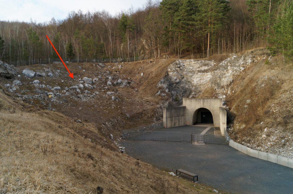 Wejście do trasy turystycznej podziemi Mittelwerk, po lewej stronie zaznaczone jest zawalisko w miejscu istnienia oryginalnego wejścia