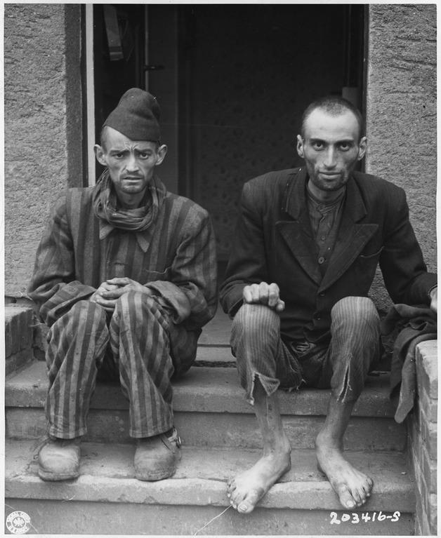 Dwóch ocalałych więźniów po wyzwoleniu obozu przez amerykańskie wojska - Źródło: U.S. National Archives and Records Administration