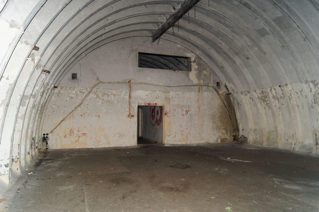 Po bokach znajdują się duże pomieszczenia, niektórzy mówią, że w jednym mogła być sala kinowa