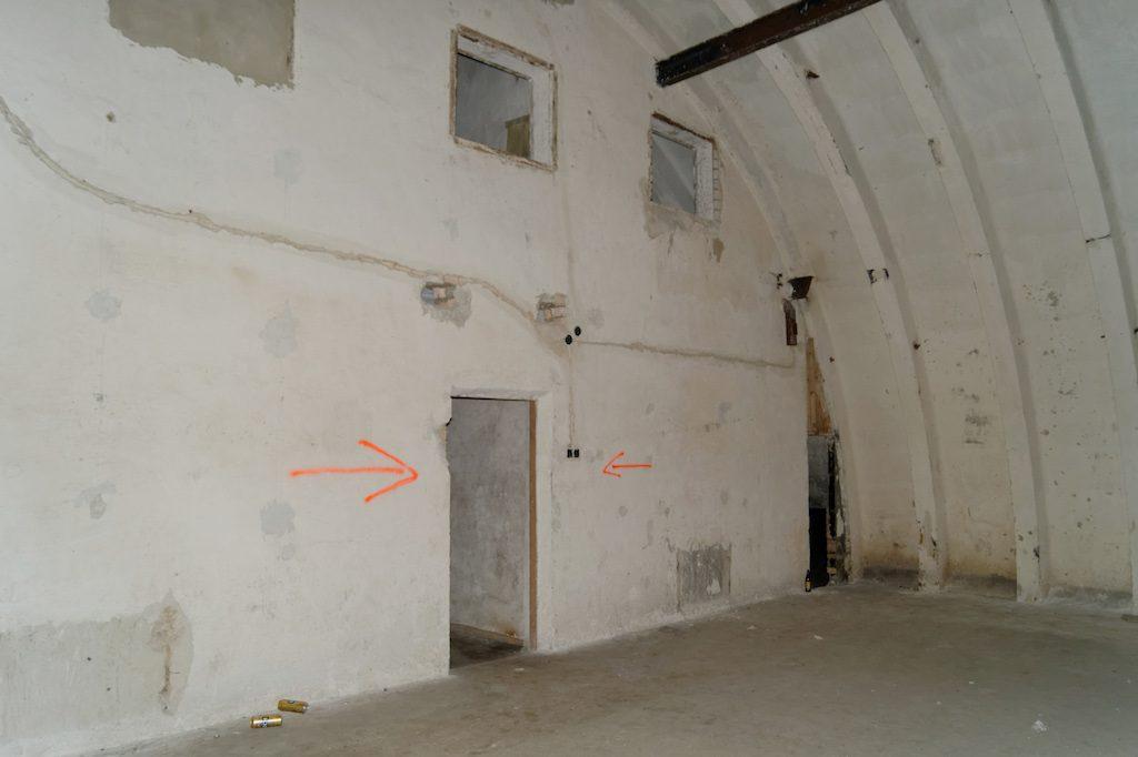 Kolejne duże pomieszczenie, widać dwie kondygnacje