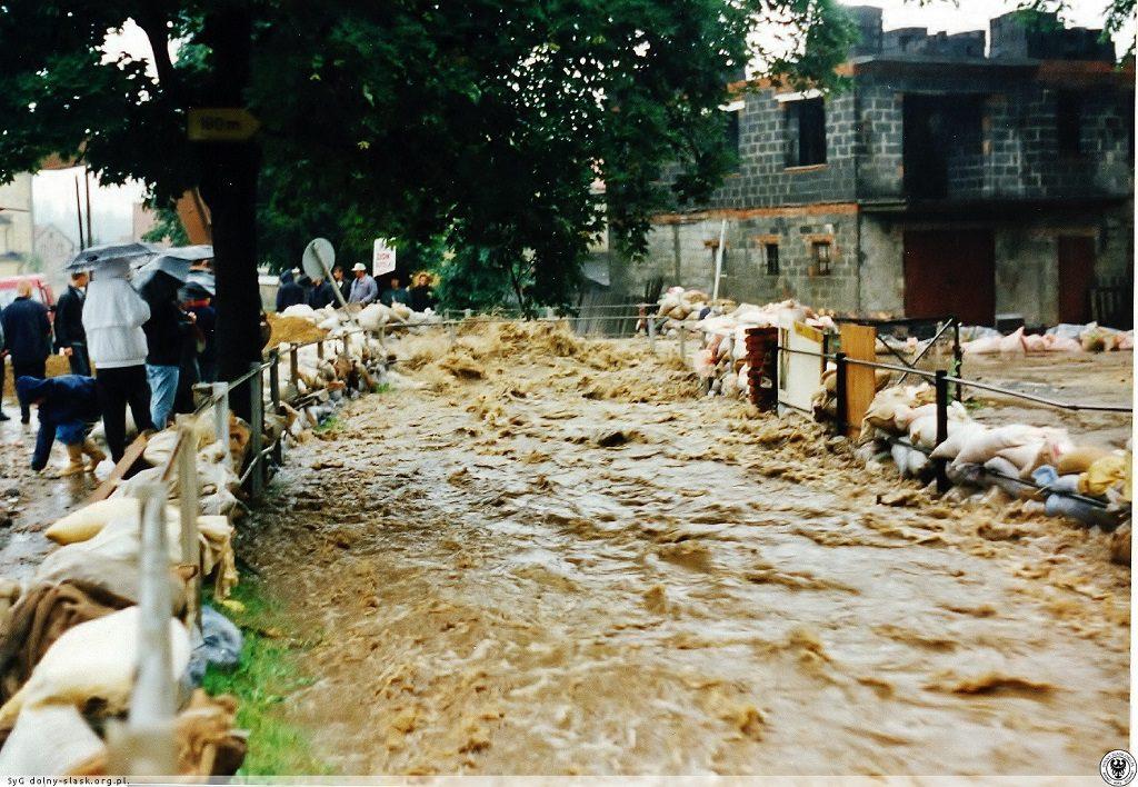 Powódź w Świdnicy - Most przy ul. 3 Maja - Źródło: dolny-slask.org.pl