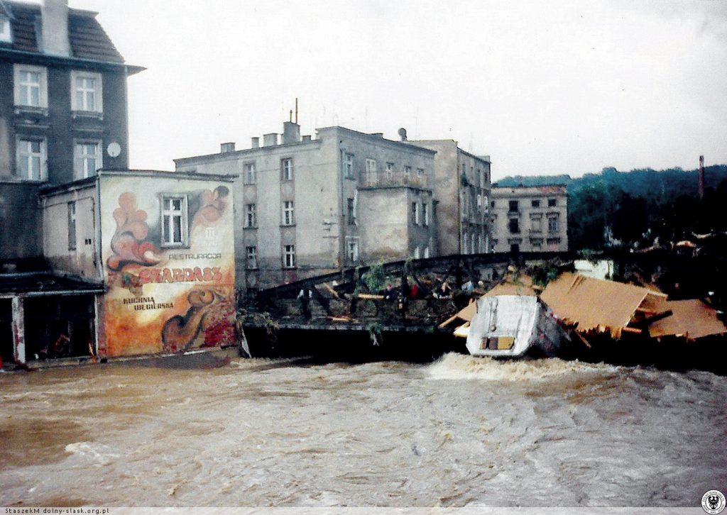 Powódź w Kłodzku - Most na ul. A. Grottgera - Źródło: dolny-slask.org.pl