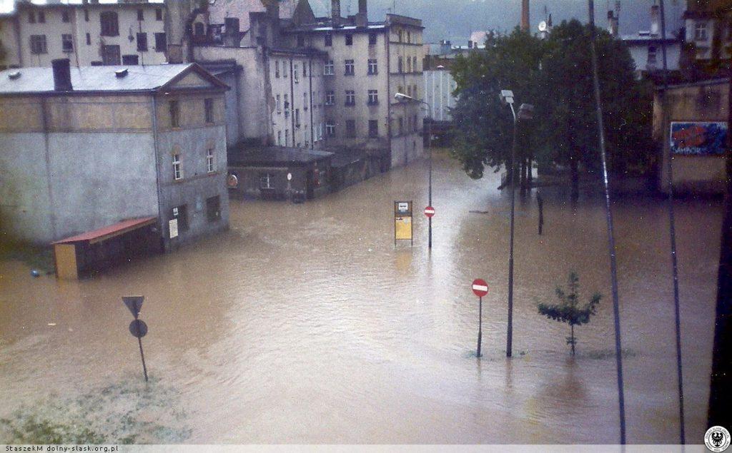 Powódź w Kłodzku - Ul. Łużycka - Źródło: dolny-slask.org.pl