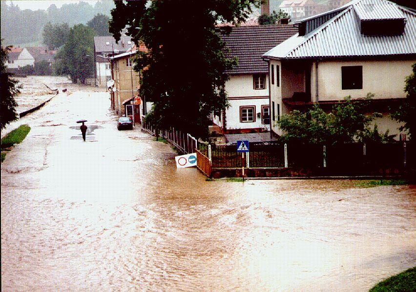 Powódź w Lądku-Zdroju - Ul. Klonowa i Zamenhofa - Źródło: dolny-slask.org.pl