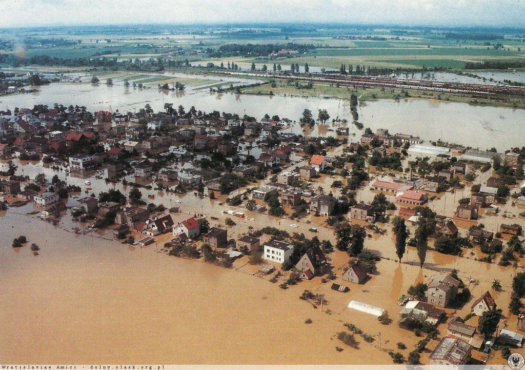 Powódź w Radwanicach - Fotografia Bogdana Zdrojewskiego - Źródło: dolny-slask.org.pl
