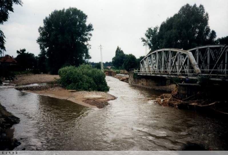 Powódź w Świdnicy - Most kolejowy na rzece Bystrzyca - Źródło: dolny-slask.org.pl