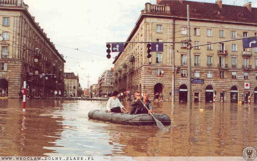 Powódź we Wrocławiu - Skrzyżowanie ul. Świdnickiej i Piłsudskiego - Źródło: dolny-slask.org.pl