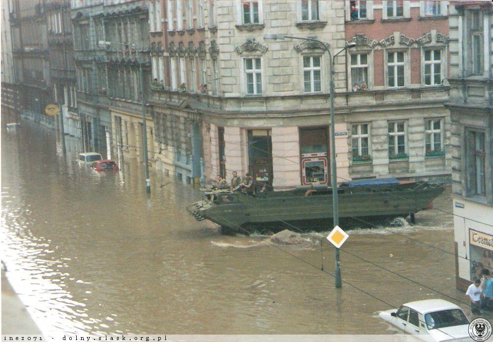Powódź we Wrocławiu - Skrzyżowanie ul. Św. Wincentego i Chrobrego - Źródło: dolny-slask.org.pl
