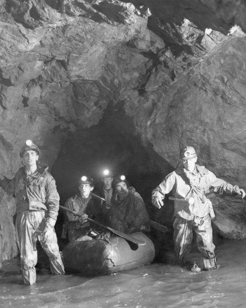 Archiwalne zdjęcie w podziemiach Gór Sowich, J. Cera stoi po prawej stronie - Zbiory: Jerzy Cera