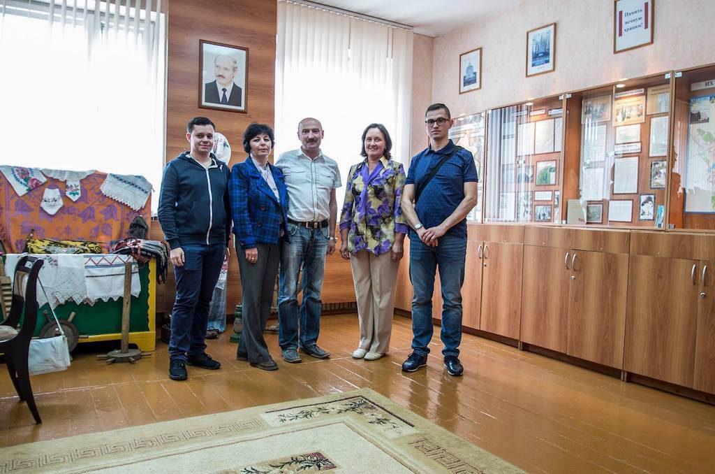 Wspólna wizyta w sali pamięci w białoruskiej szkole - Od lewej: Adrian, Pani Żanna, Pan Aleksander, dyrektor szkoły i ja