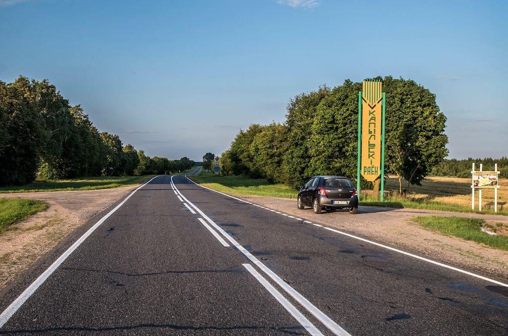 W tym miejscu przed wojną przebiegała granica, dokładnie wzdłuż polnej drogi przecinającej szosę - Foto: Adrian Sitko