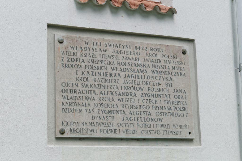 Tablica pamiątkowa w języku polskim na kościele farnym w Nowogródku
