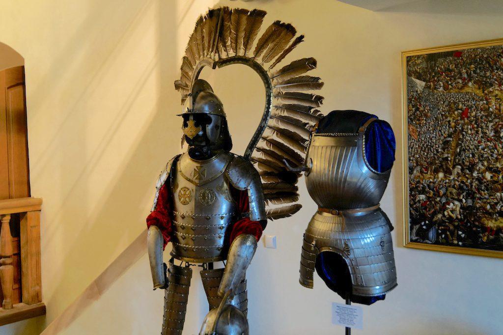 Zbroje husarskie są popularnym tematem na zamkowych wystawach, nawiązują do najchwalebniejszej historii Rzeczypospolitej Obojga Narodów