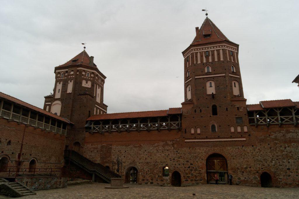 Wieże zamku w Mirze
