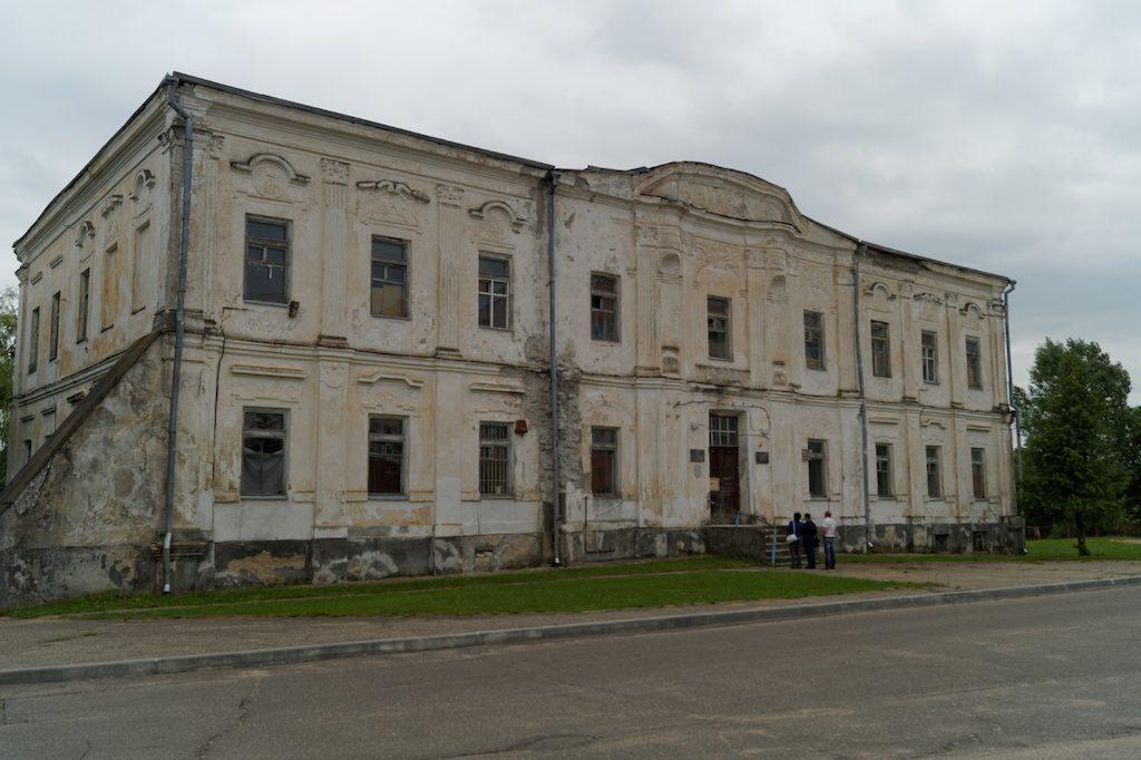 Nie wszystkie zabytki są odnowione, niektóre popadają w ruinę - Pałac Radziwiłłów w Zdzięciole