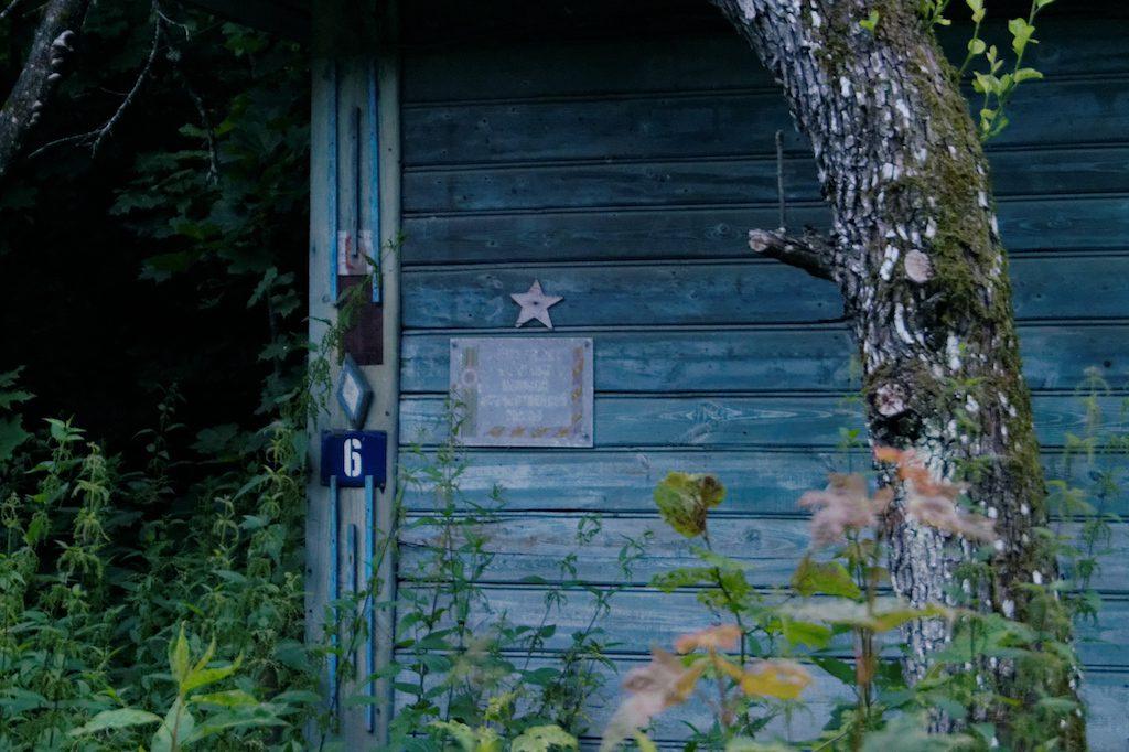 Znaczek na opuszczonym domku (czerwona gwiazda) informuje o tym, że w tym miejscu mieszkał weteran wojny ojczyźnianej