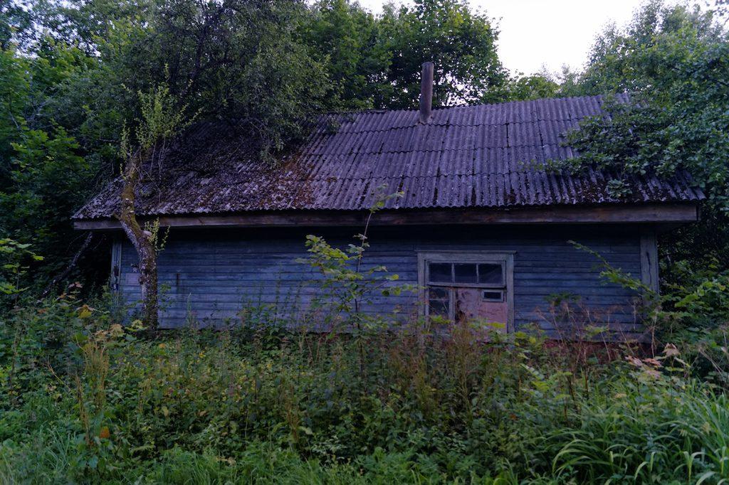 Jeden z opuszczonych domów… Z lewej strony domku znajduje się pewien znaczek