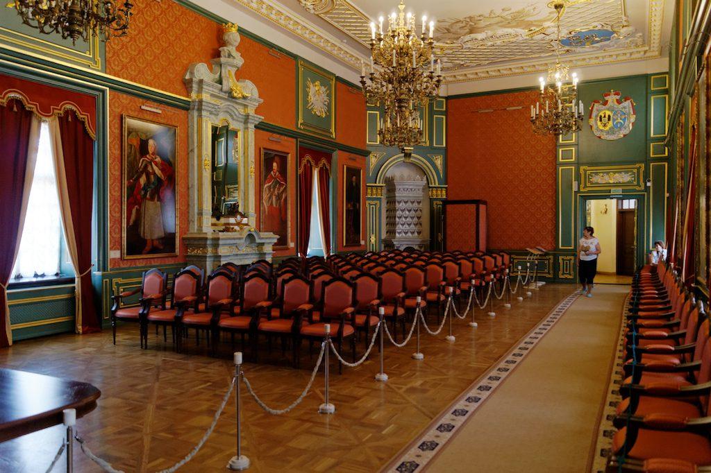 Sala hetmańska w Zamku w Nieświeżu, na ścianach portrety Radziwiłłów