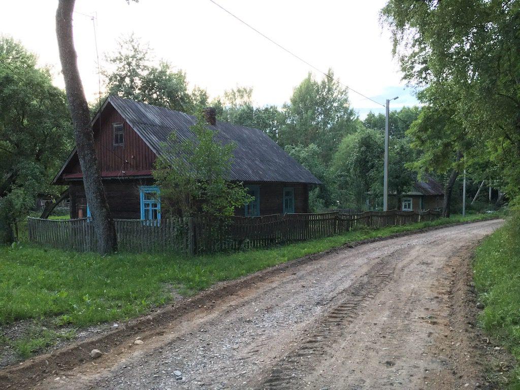 Drogi prowadzące do wiosek są zazwyczaj drogami gruntowymi, pozbawionymi asfaltu