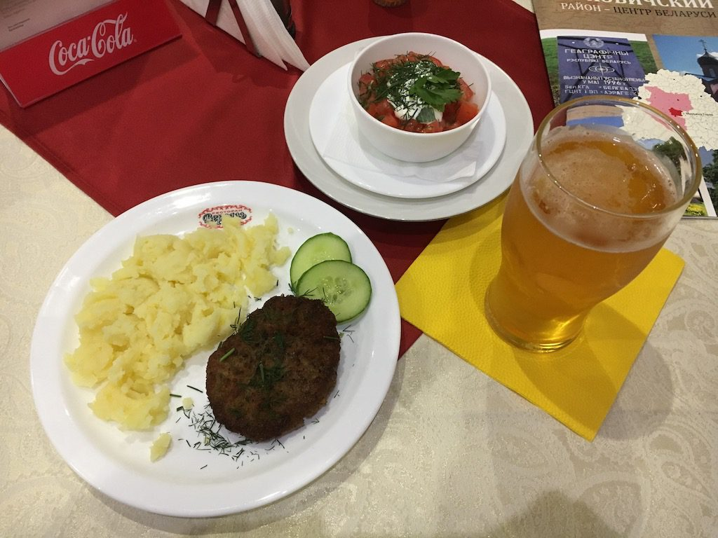 Zwykły obiad w restauracji w niewielkiej miejscowości na Białorusi
