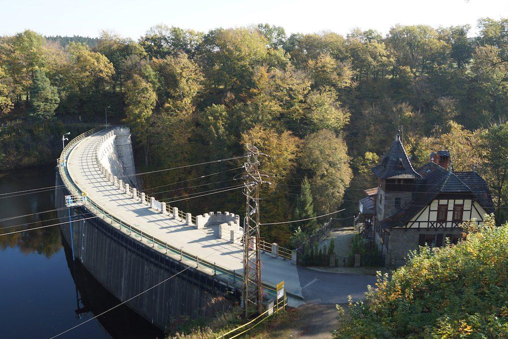 Zapora w Leśnej - Wybudowana została jako pierwsza z dużych zapór