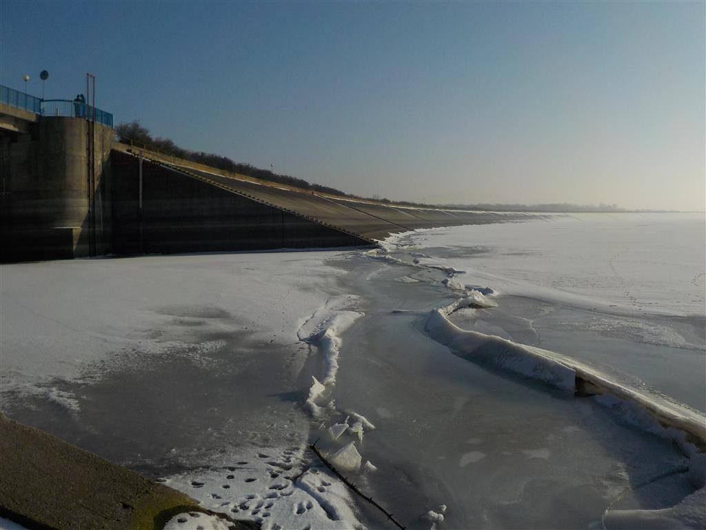 Fragment zapory i zamarznięty zbiornik w Mietkowie - Źródło: www.labiryntarium.pl