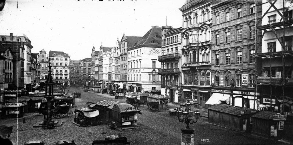 Wschodnia strona Rynku (Zielonej Rury), po lewej pręgierz - Hermann Krone, przed 1873 rokiem