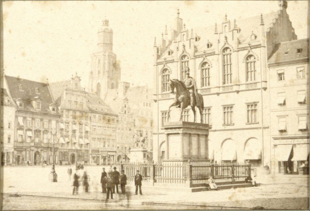 Południowa strona Rynku (Złotego Pucharu) i pomnik Fryderyka Wilhelma III - Hermann Krone, 1865 rok