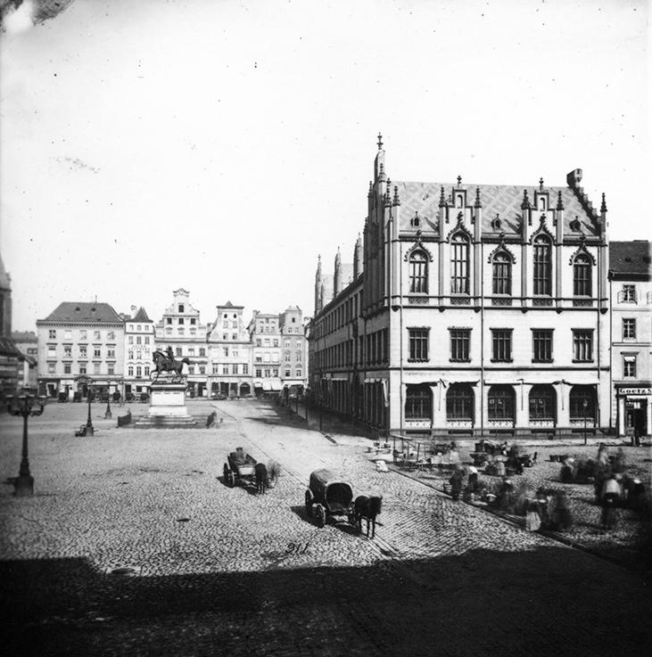 Zachodnia strona Rynku (Siedmiu Elektorów), po prawej Nowy Ratusz, w tle pomnik Fryderyka Wielkiego (nieistniejący) - Hermann Krone, po 1863 roku