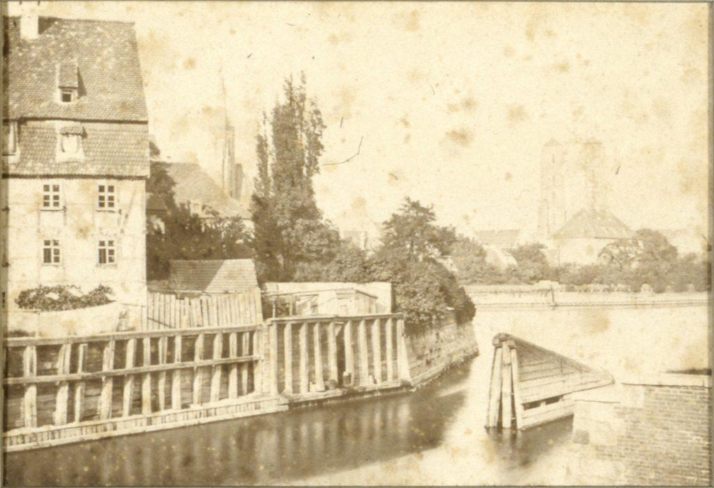 Wyspa Piasek, w tle Ostrów Tumski, po prawej wieże archikatedry św. Jana Chrzciciela - Hermann Krone, 1865 rok