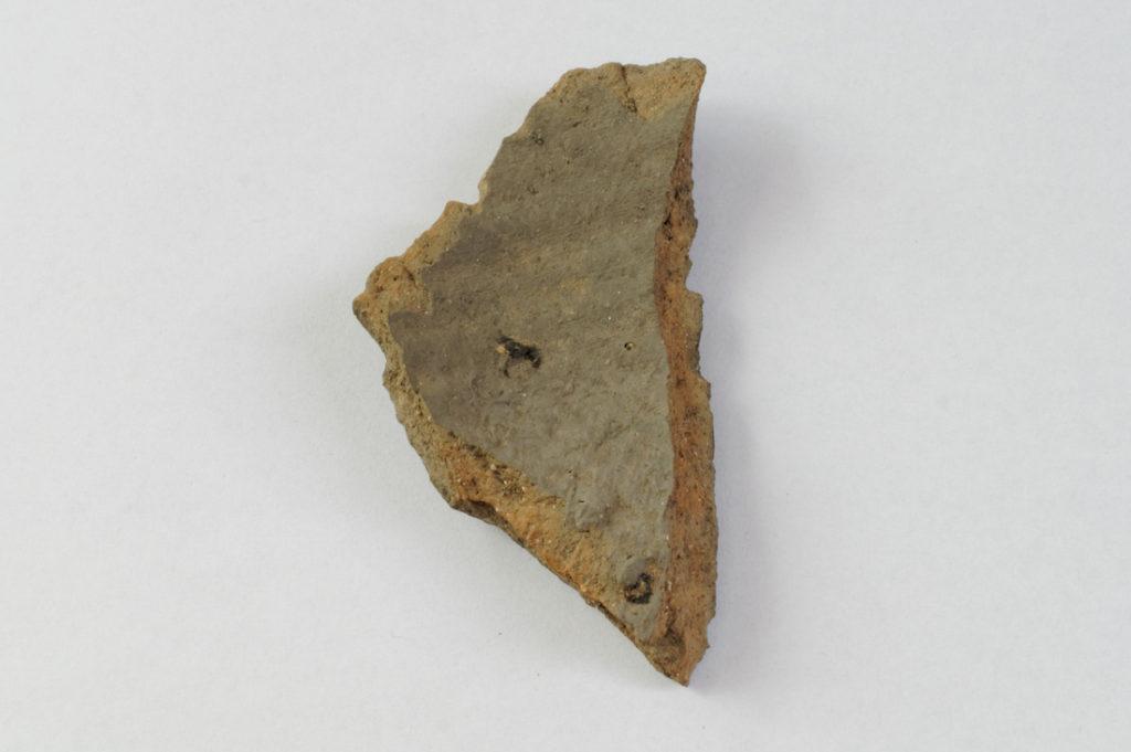 Fragment ceramiki pochodzącej z XIII wieku, druga strona