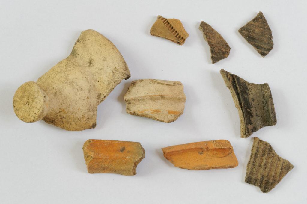 Odnaleziono także liczne fragmenty ceramiki pochodzącej z XV i XVI wieku