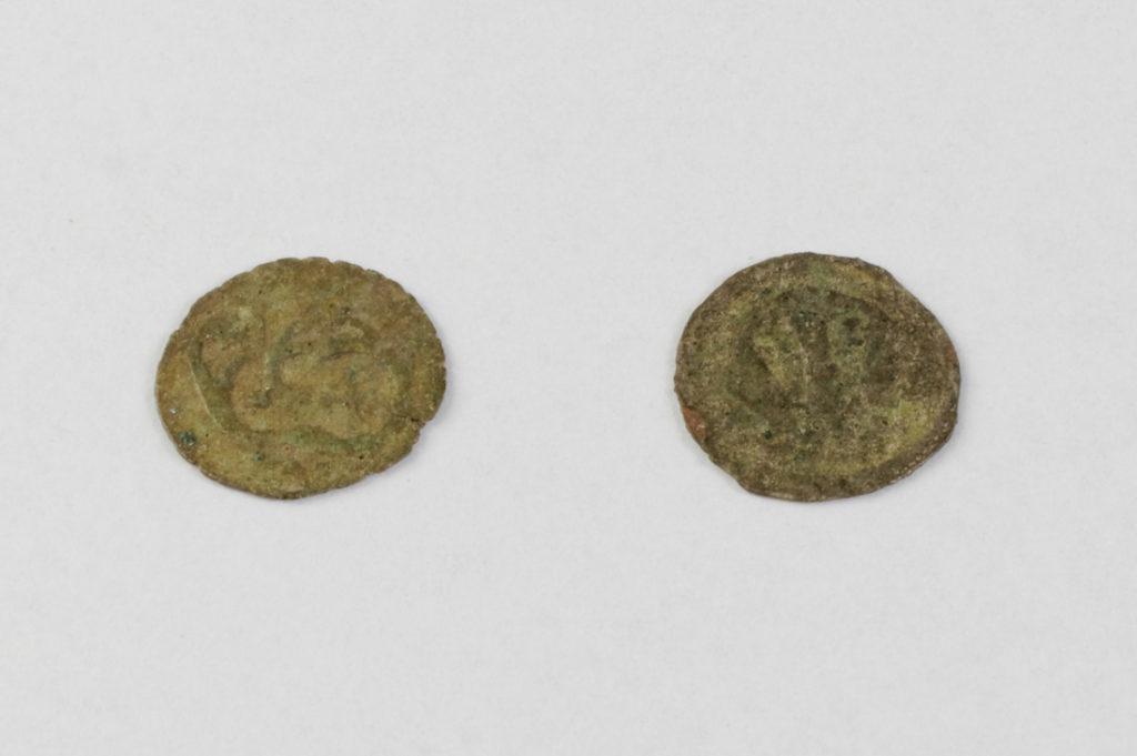 Halerze śląskie - Po lewej halerz pochodzący z księstwa świdnickiego, po prawej z księstwa kożuchowskiego - Datowanie XV wiek