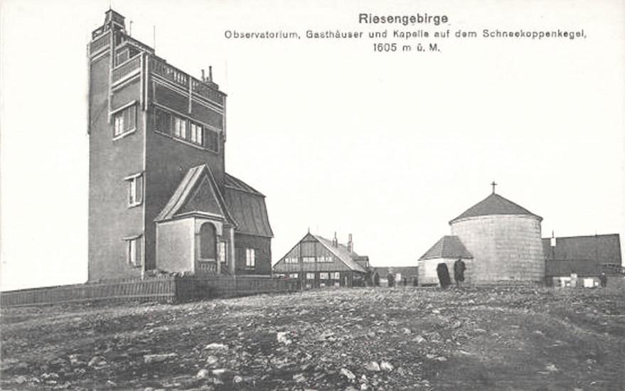 Po lewej stronie budynek pierwszego obserwatorium, po prawej do dziś istniejąca kaplica św. Wawrzyńca - Źródło: dolny-slask.org.pl