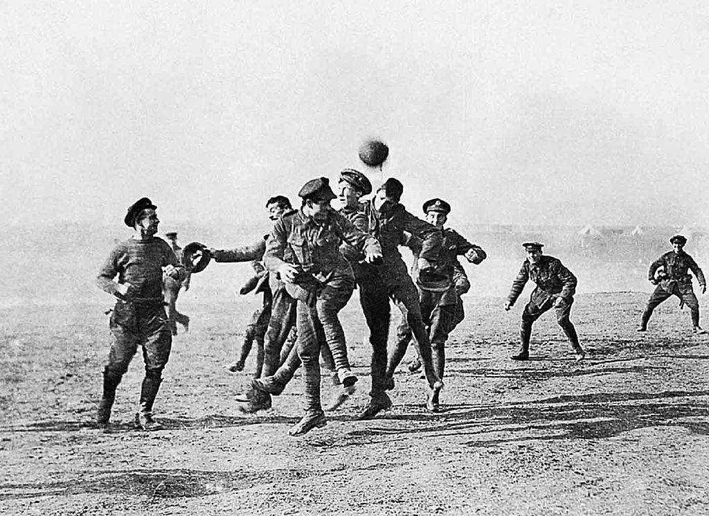 Bożonarodzeniowy mecz - To zdjęcie znajduje się w zasobach Wikimediów i również przypisane jest do wydarzeń z 25 grudnia 1914 roku, jednak mam sporo wątpliwości, czy faktycznie zostało wtedy wykonane - Źródło: commons.wikimedia.org