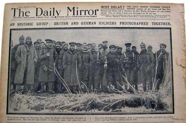 Fragment gazety The Daily Mirror ze zdjęciem grupowym brytyjskich i niemieckich żołnierzy - Źródło: commons.wikimedia.org